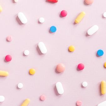 Variedade de close-up de pílulas coloridas em cima da mesa