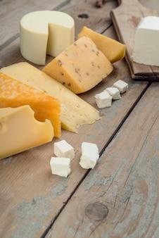 Variedade de close-up de queijo delicioso em cima da mesa