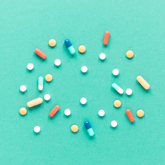 Variedade de close-up de remédios coloridos em cima da mesa