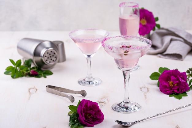 Variedade de cocktails cor de rosa com calda de rosa.