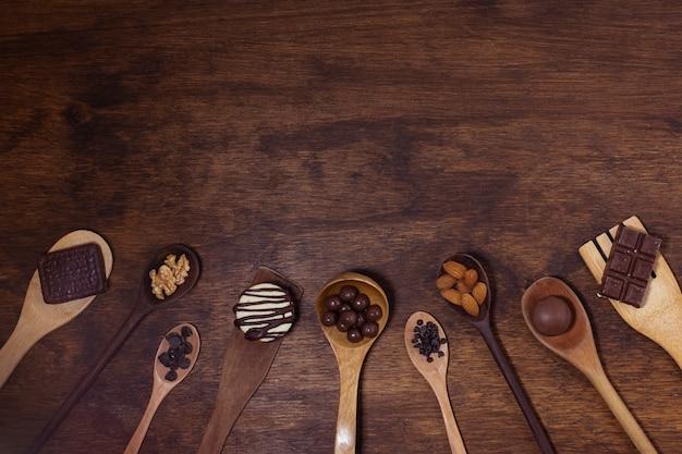 Variedade de colheres com ingredientes