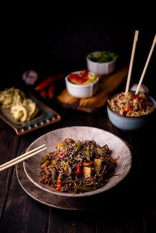 Variedade de comida asiática com tigela de macarrão