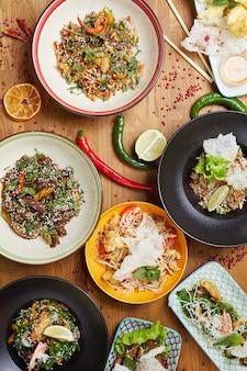 Variedade de comida asiática