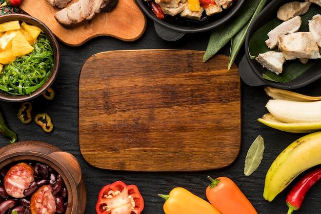 Variedade de comida brasileira com tabuleiro