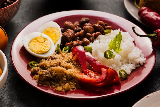Variedade de comida brasileira de alto ângulo