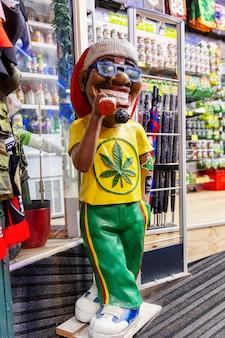 Variedade de comida de cannabis nas lojas da cidade velha. vertical.