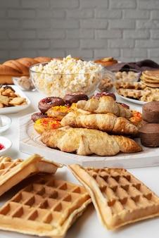 Variedade de comida deliciosa de alto ângulo