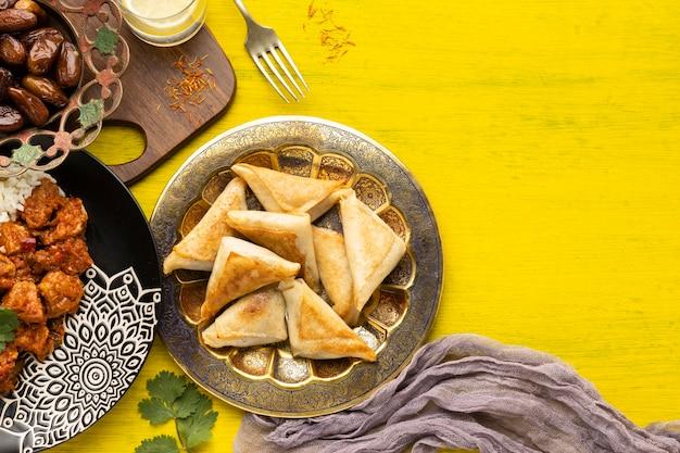 Variedade de comida indiana com cópia-espaço