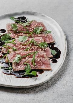 Variedade de comida japonesa de alto ângulo