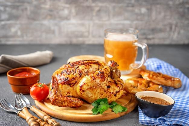 Variedade de comida oktoberfest em fundo rústico