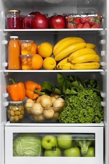 Variedade de comida saudável na geladeira