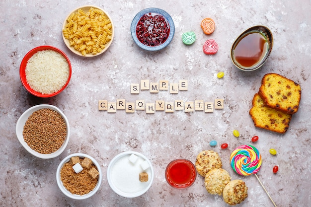 Variedade de comida simples de carboidratos, vista superior