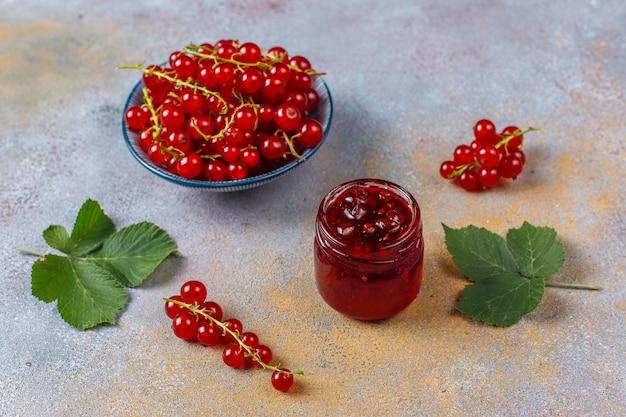 Variedade de compotas de frutas vermelhas