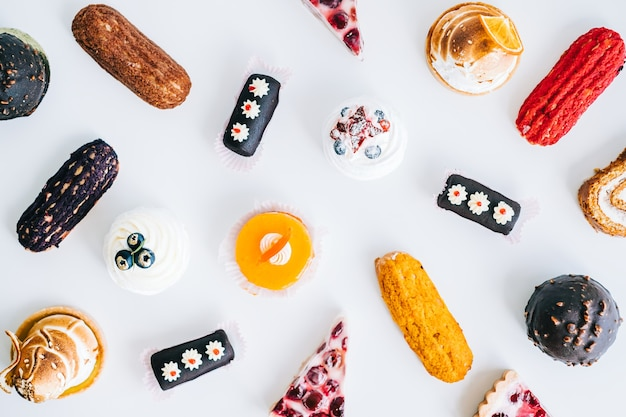 Variedade de confeitaria, diversos tipos de bolos e sobremesas à mesa.