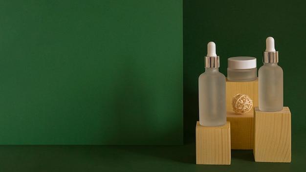 Variedade de conta-gotas de óleo de pele com espaço de cópia