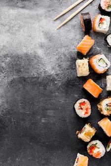 Variedade de cópia-espaço de sushi na mesa
