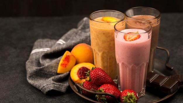 Variedade de copos de milkshake com frutas e chocolate