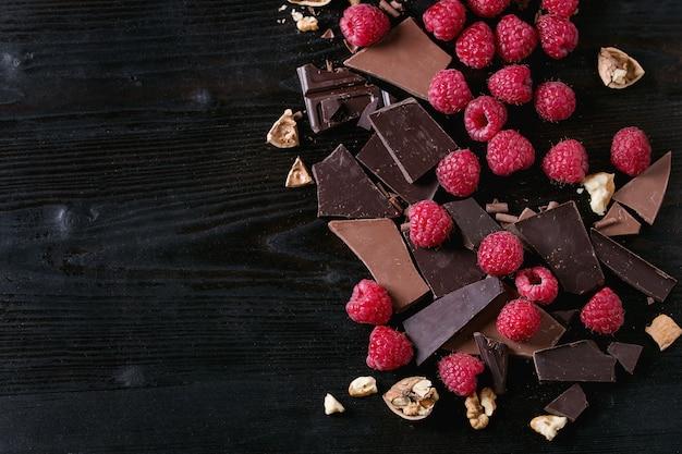 Variedade de cortar chocolate com framboesas
