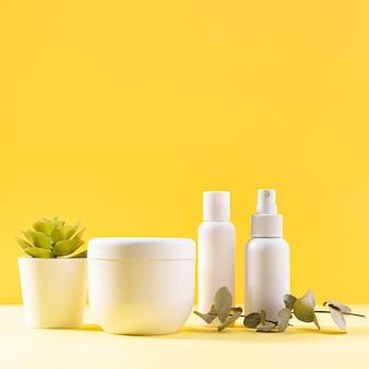 Variedade de cosméticos com fundo amarelo