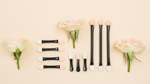 Variedade de cosméticos diferentes plana leigos