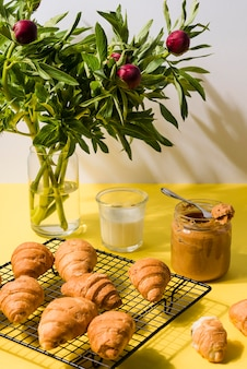 Variedade de croissants com manteiga de amendoim