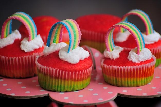 Variedade de cupcakes arco-íris