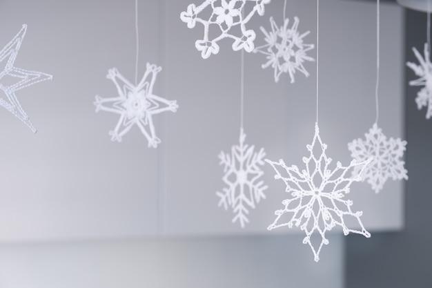 Variedade de delicados flocos de neve de malha branca para decorar o interior no natal e no ano novo