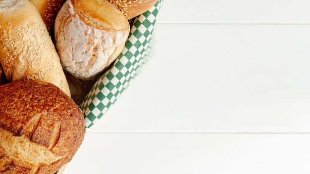 Variedade de delicioso pão assado