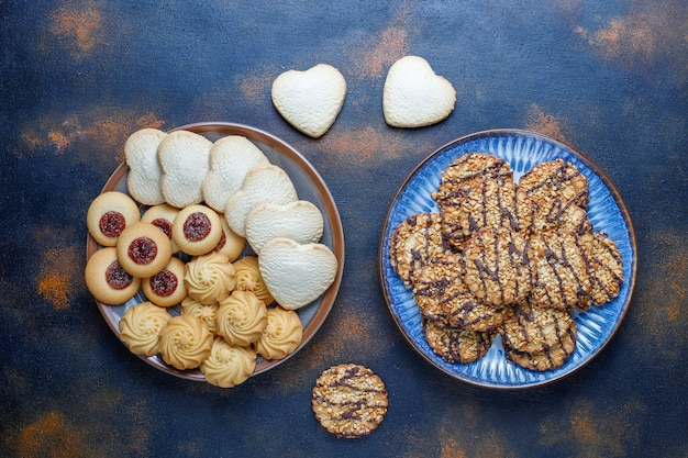 Variedade de deliciosos biscoitos frescos.
