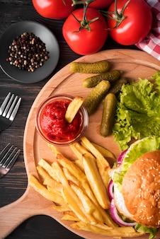 Variedade de deliciosos hambúrgueres e batatas fritas