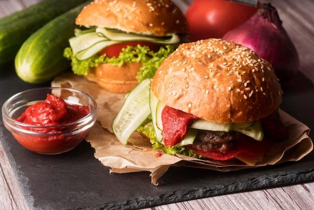 Variedade de deliciosos hambúrgueres