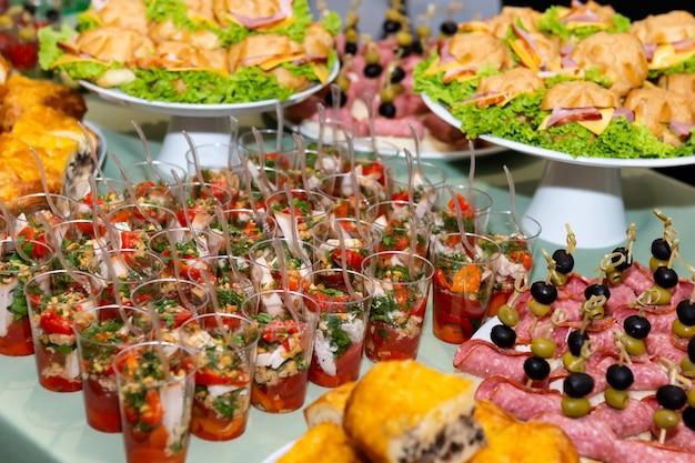 Variedade de deliciosos petiscos deliciosos, mesa de buffet.