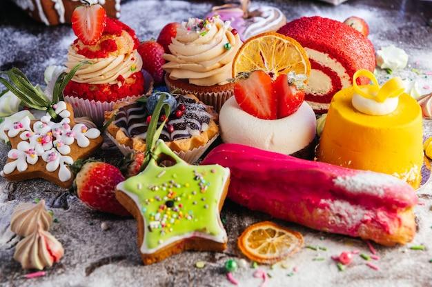 Variedade de deliciosos produtos de confeitaria uma mistura de bolos de mousse de chocolate eclair cupcakes e bolos shu para uma barra de chocolate ou uma apresentação de vitrine de confeitaria