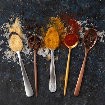 Variedade de deliciosos temperos crus