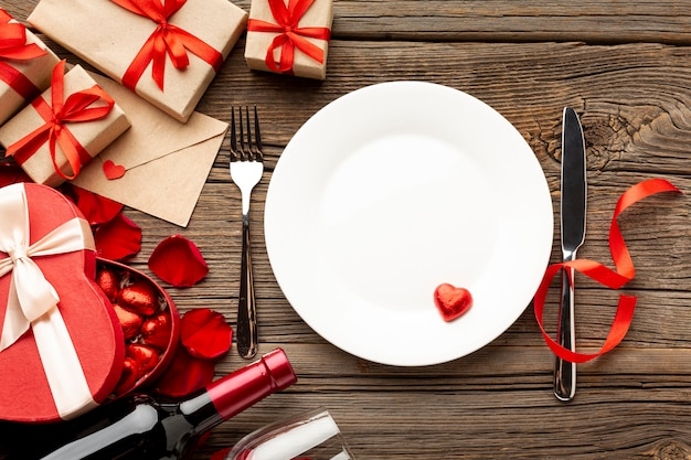 Variedade de dia dos namorados com prato vazio