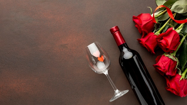 Variedade de dia dos namorados com rosas e champanhe