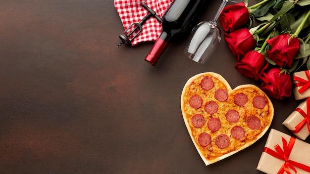 Variedade de dia dos namorados com rosas e pizza