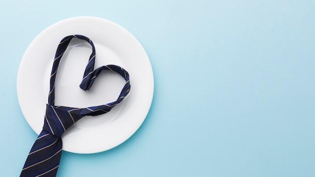 Variedade de dia dos pais com gravata no prato