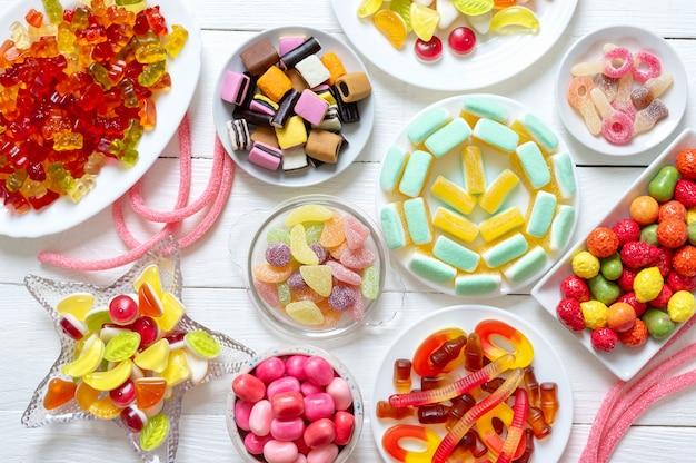 Variedade de diferentes doces coloridos em borracha com sabores de frutas, vista de cima, camada plana.