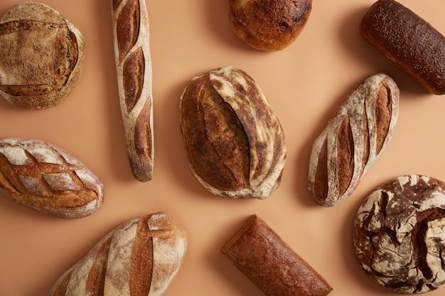 Variedade de diferentes pães cozidos saborosos para comer. feche a fotografia, ótimo design para qualquer finalidade. conceito de nutrição orgânica. padaria e comida. produto nutritivo com crosta apetitosa