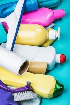 Variedade de diferentes produtos de limpeza para a casa