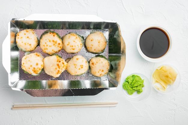 Variedade de diferentes sushis e pãezinhos, salmão e atum em conjunto de conceito de entrega de comida, na pedra branca