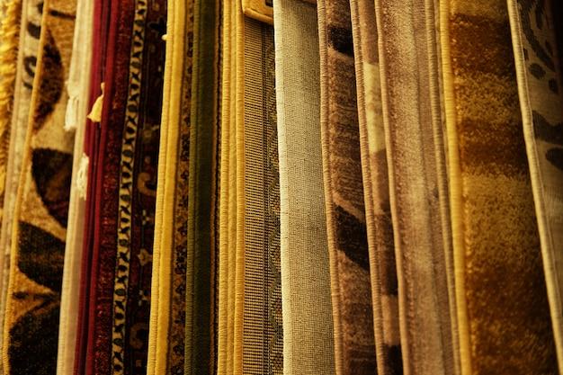 Variedade de diferentes tapetes na loja. fechar-se
