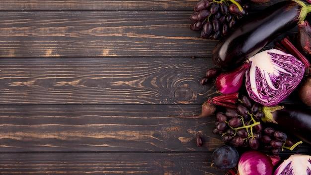 Variedade de diferentes vegetais e frutas com espaço de cópia