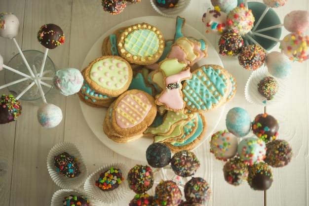 Variedade de doces, bolinhos e biscoitos na mesa de madeira da confeitaria