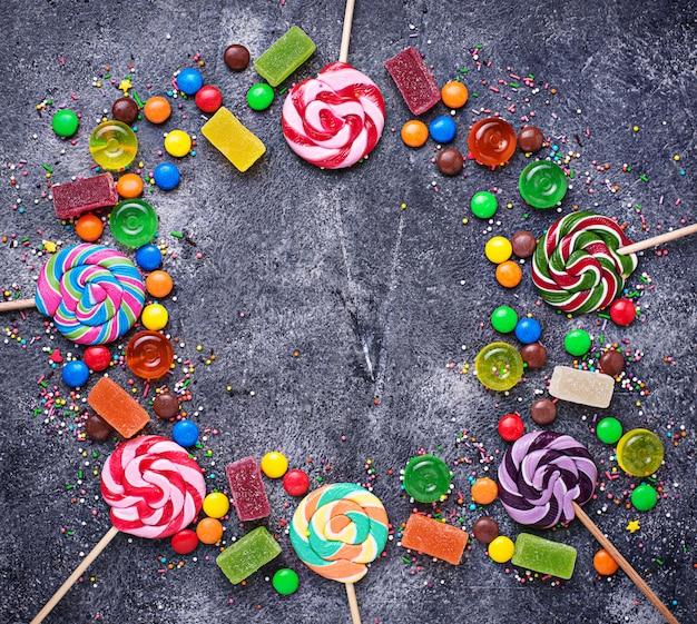 Variedade de doces coloridos e pirulitos