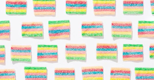 Variedade de doces coloridos em fundo branco