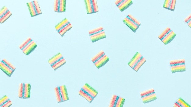Variedade de doces coloridos sobre fundo azul