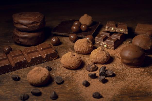 Variedade de doces de chocolate e cacau