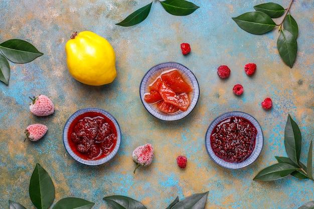 Variedade de doces doces e frutas e bagas sazonais, vista superior